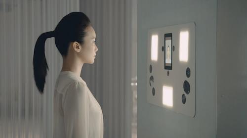 Detalle de la modelo frente al Escaner facial