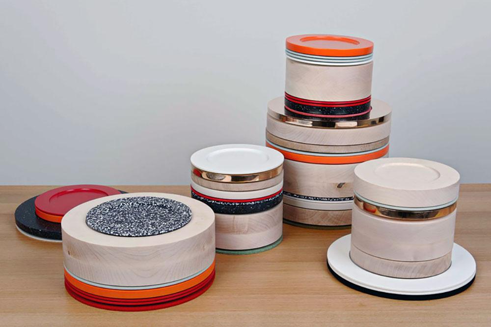 Detalle de los platos que tienen diversos grosores, diámetros y colores