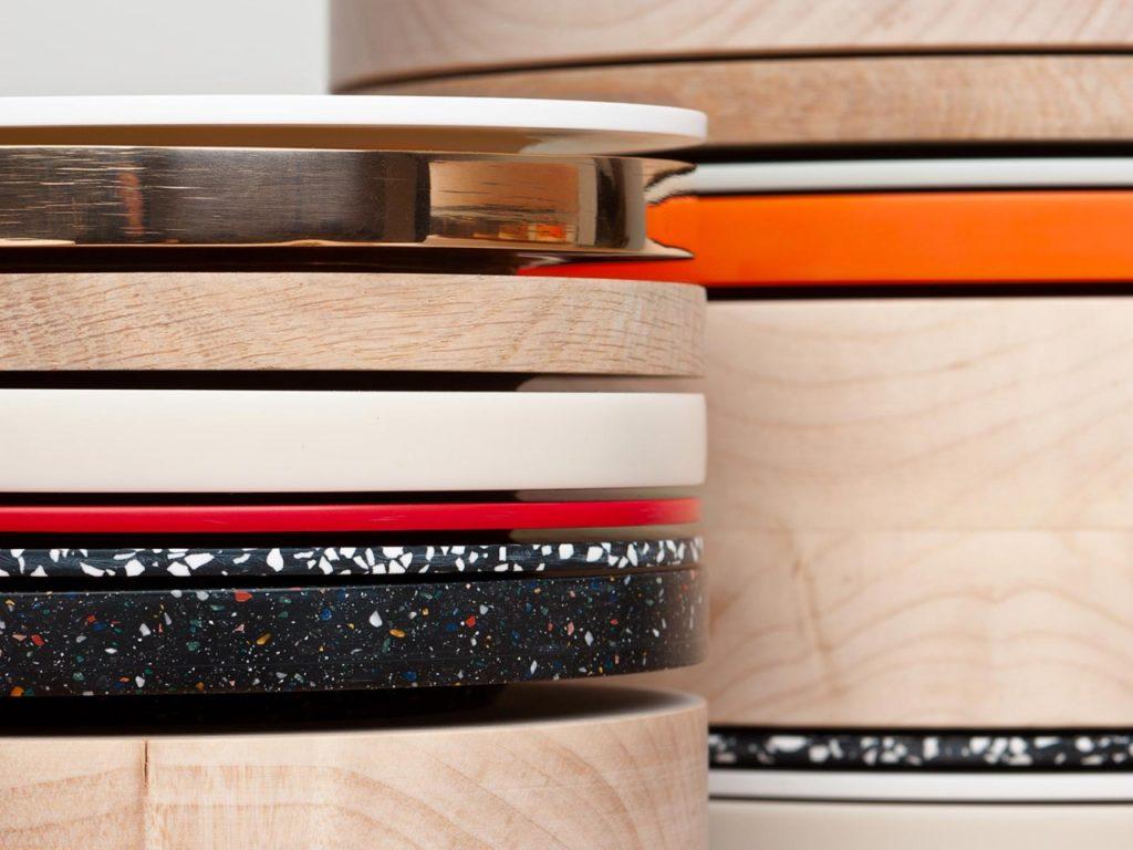 Detalle de los platos fabricados en madera, Corian o bronce