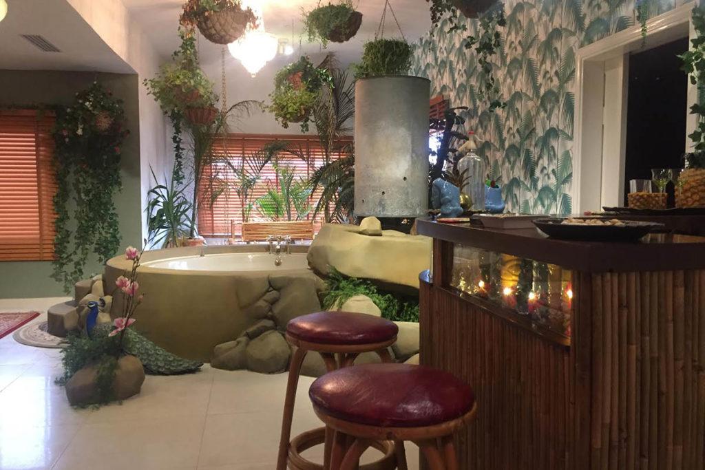 bañera en habitacion inspirada en los trópicos