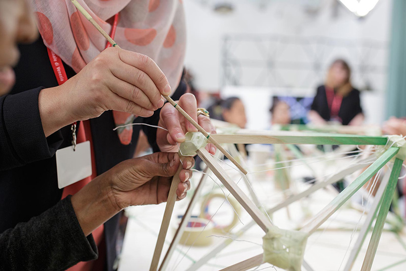 participantes de diversos paises construyendo la lámpara
