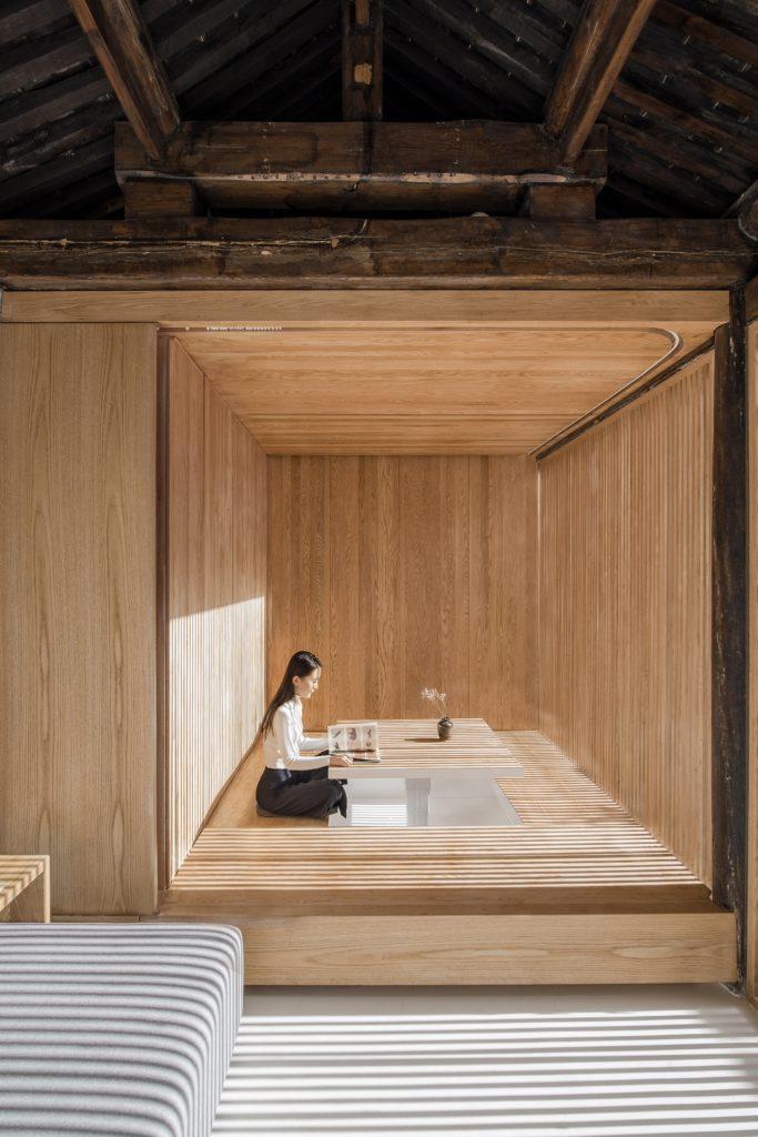 reinterpretación de un antiguo «siheyuan» del equipo de Arch Studio. plataforma de madera una mesa que se eleva