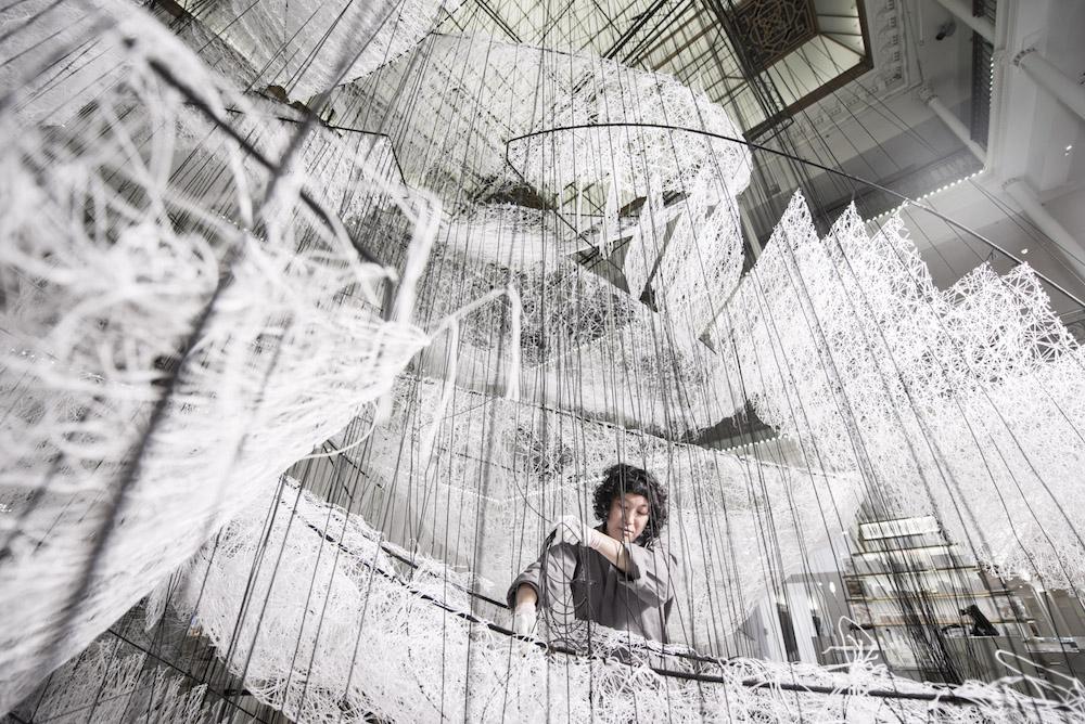 la artista japonesa Chiharu Shiota trabajando en Where are we going?