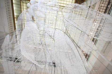 Las colosales naves de Chiharu Shiota surcan un mar blanco en París