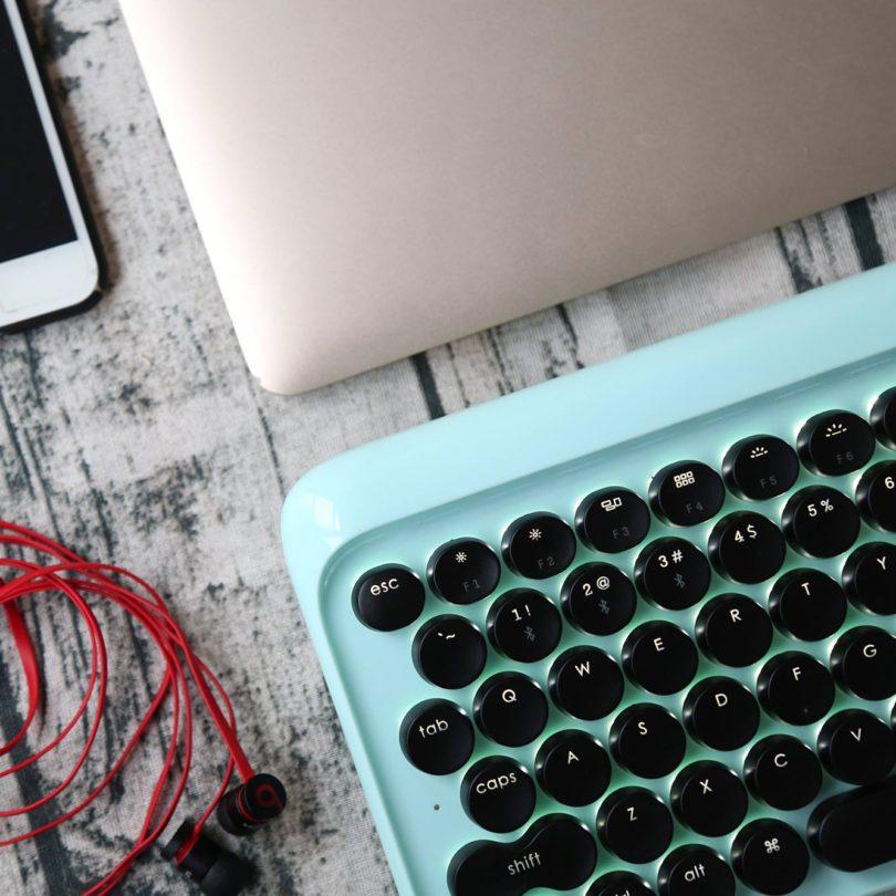 El Lofree es además bastante más grueso y pesado que un teclado al uso