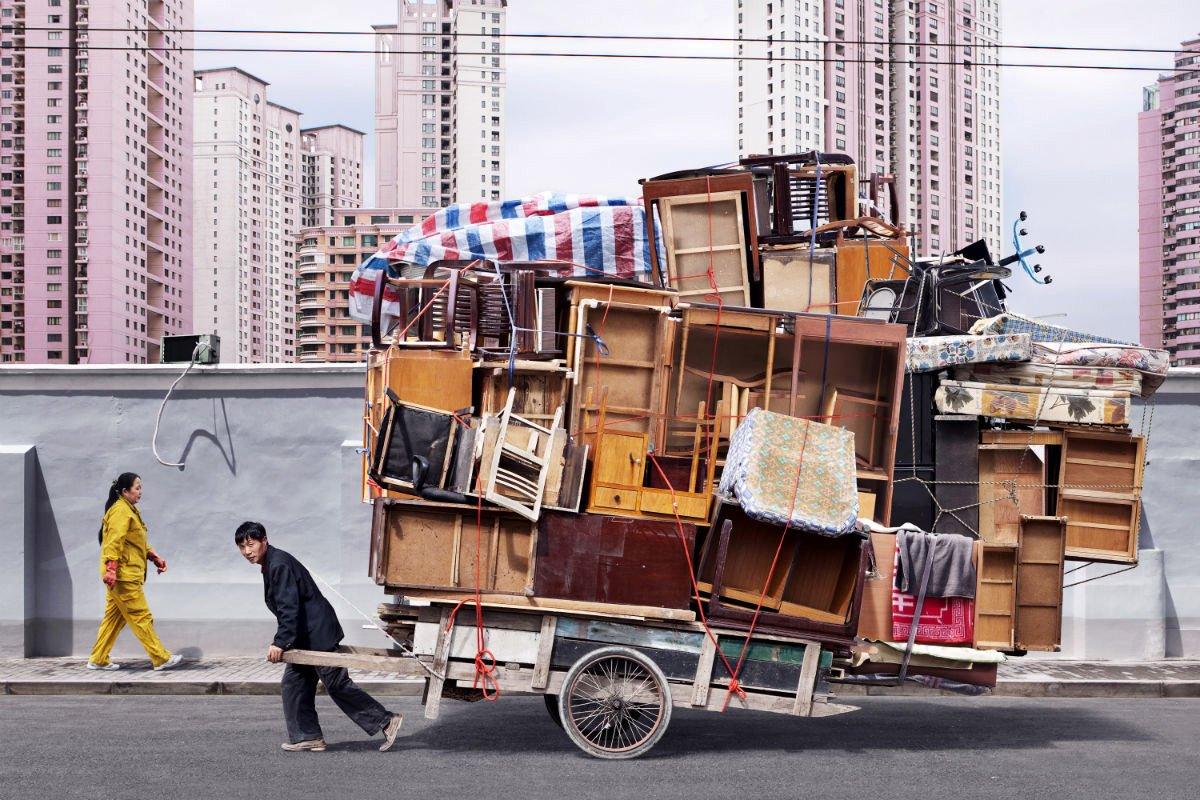 totem de muebles de la serie Tótems del fotógrafo parisino Alain Delorme