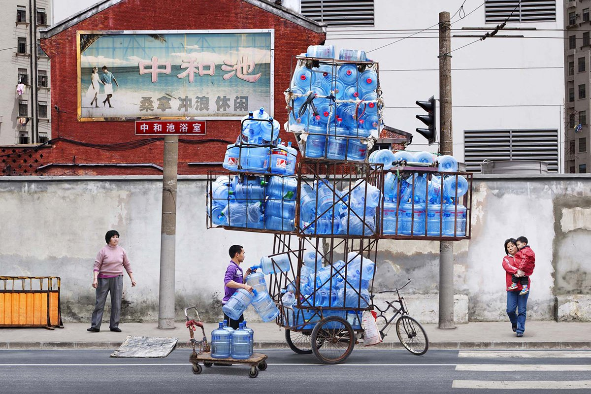 Totem de botellas de agua del fotógrafo parisino Alain Delorme