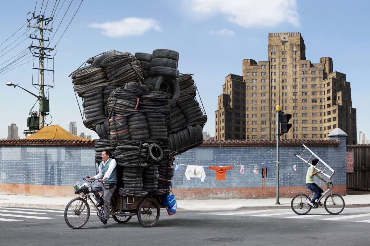 Totem de neumáticos del fotógrafo parisino Alain Delorme