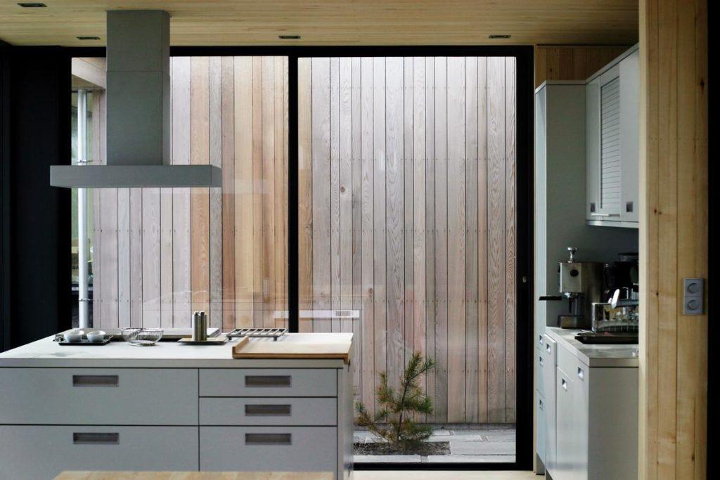 Se eligieron tablas de cedro porque su color rojizo original irá cambiando paulatinamente hacia un tono gris en las zonas expuestas a la intemperie