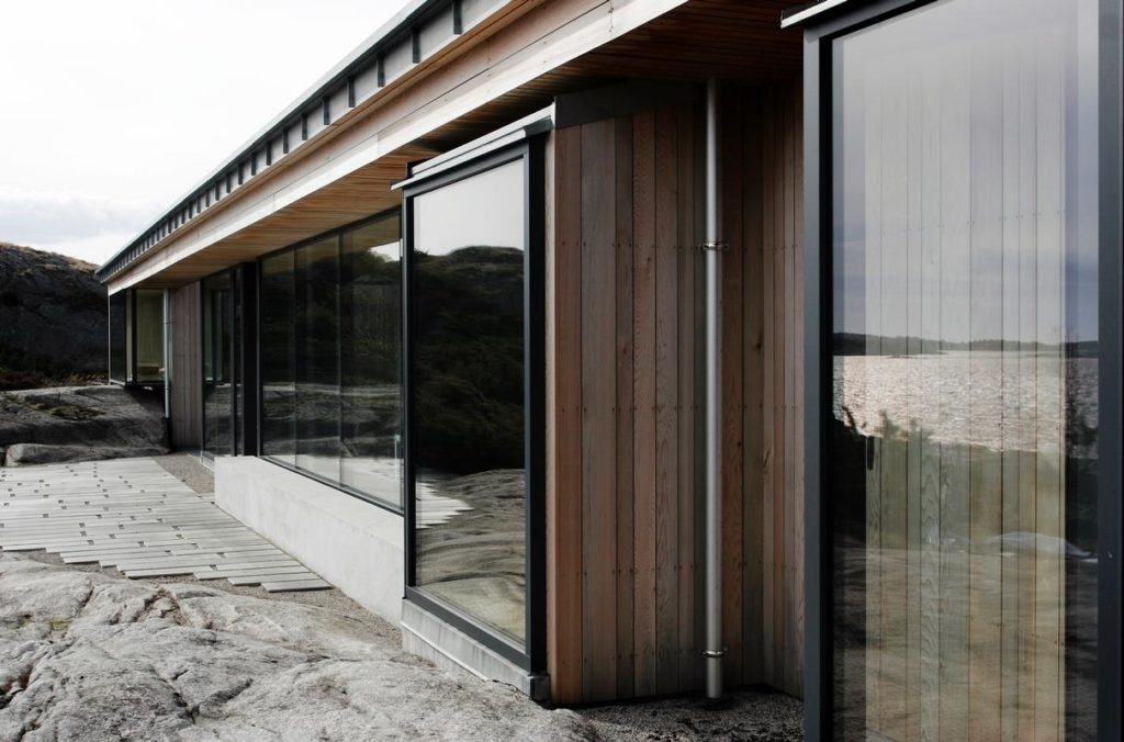 todas las habitaciones se abren por completo hacia la zona exterior gracias al abundante acristalamiento de suelo a techo