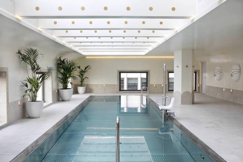 Detalle de la piscina del hotel Barceló Torre de Madrid