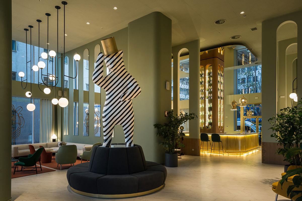 Hall del hotel Barceló Torre de Madrid decorado con un oso-cebra
