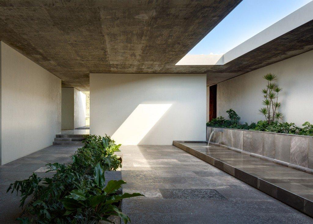 varios patios interiores ajardinados con abundante presencia de agua.