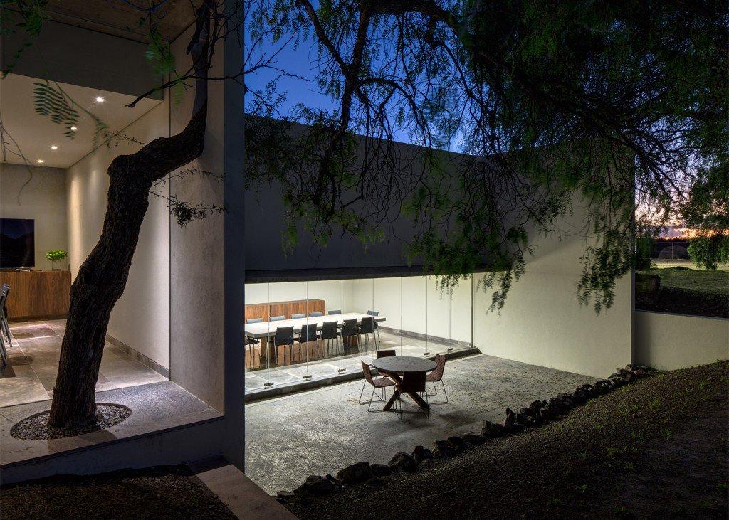 acristalamientos de suelo a techo presentes en los despachos y las salas de reuniones, proporcionan abundante luz natural a todos los espacios interiores.