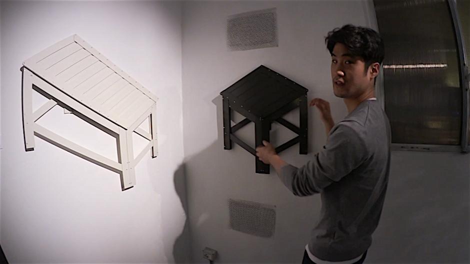 El joven diseñador Jongha Choi junto a su proyecto De-dimension
