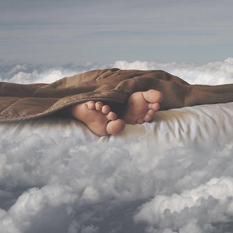 Tumbado sobre una nube