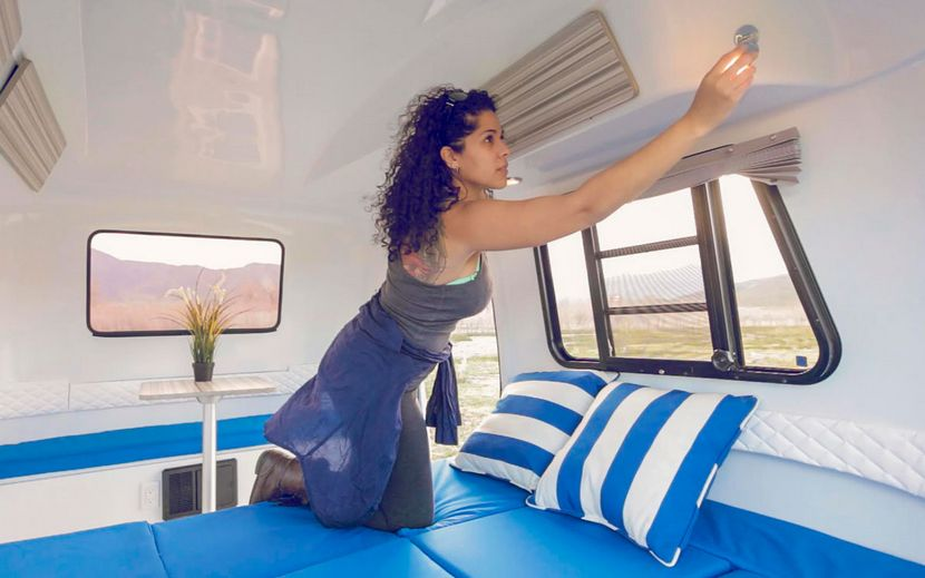 cama dentro de la caravana