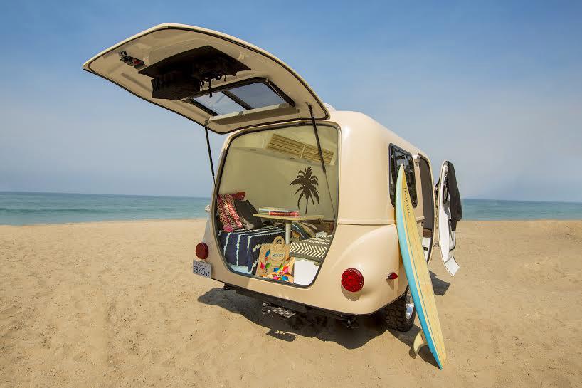 caravana transportando tablas de surf