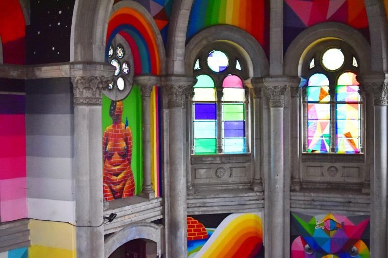 detalle de los capiteles y pinturas de la iglesia