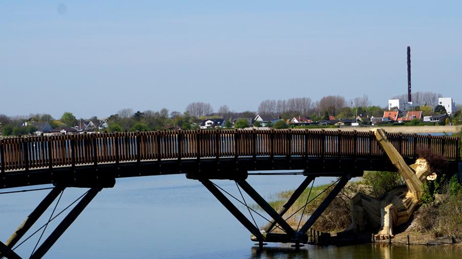 oscar gigante de madera bajo el puente