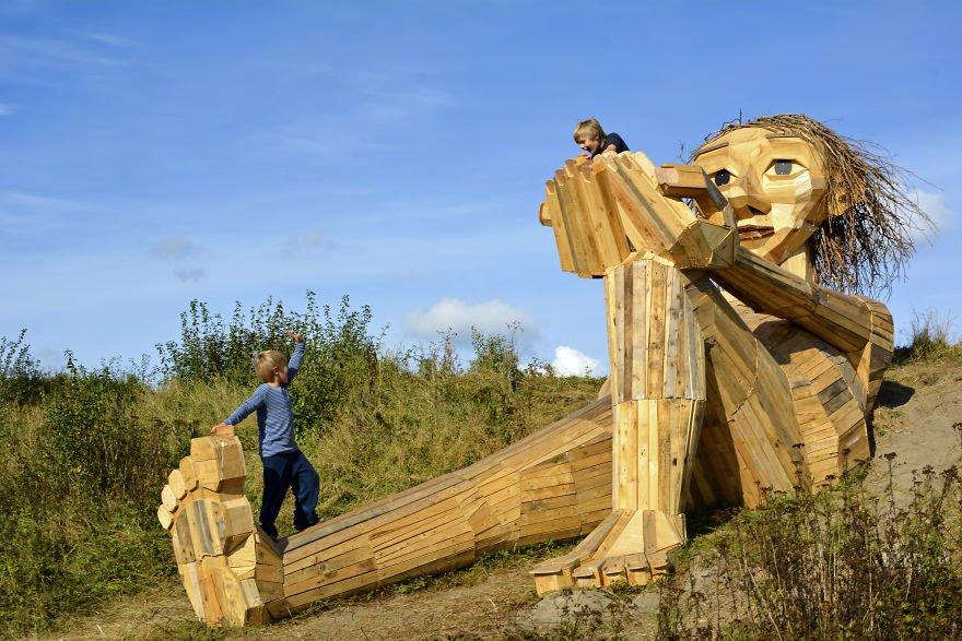 Trine gigante de madera en lo alto de la colina