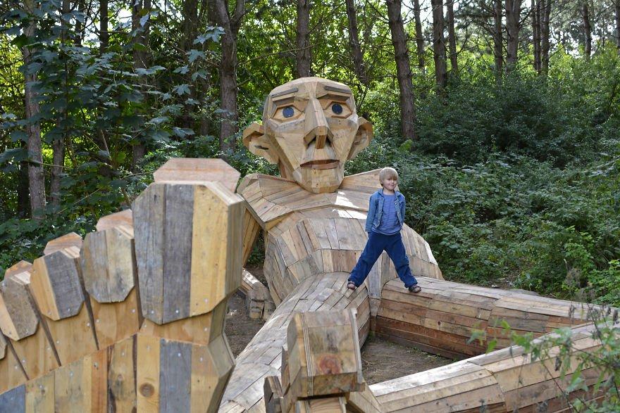 gigante de madera Thomas hecho con palets rotos reciclados