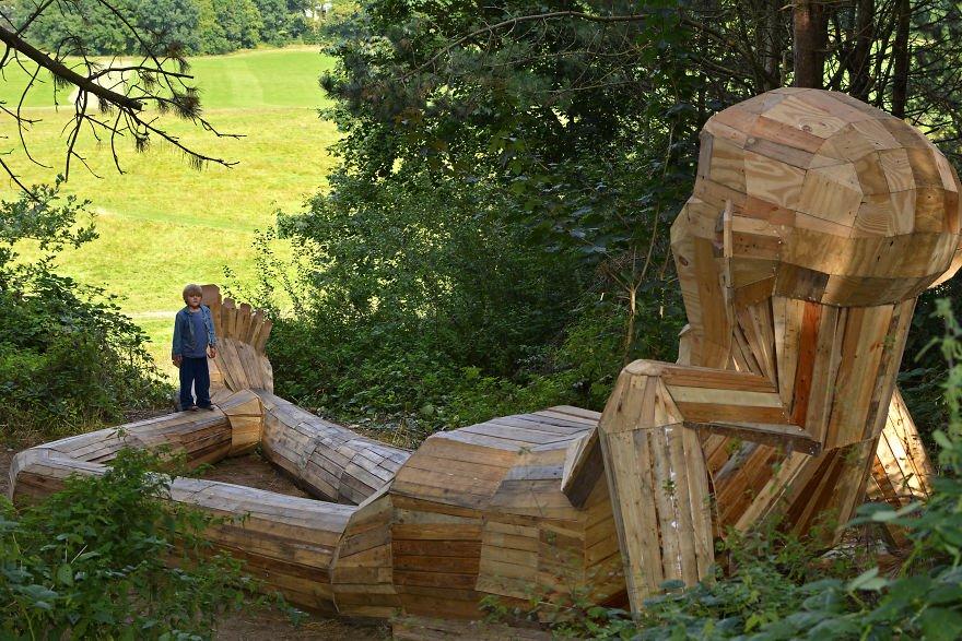 Thomas gigante de madera de 17 metros de largo