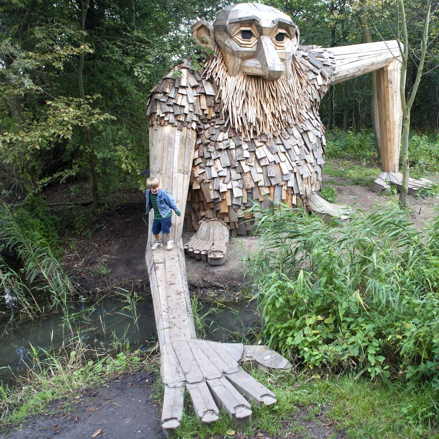 Teddy Gigante de madera de Thomas Dambo