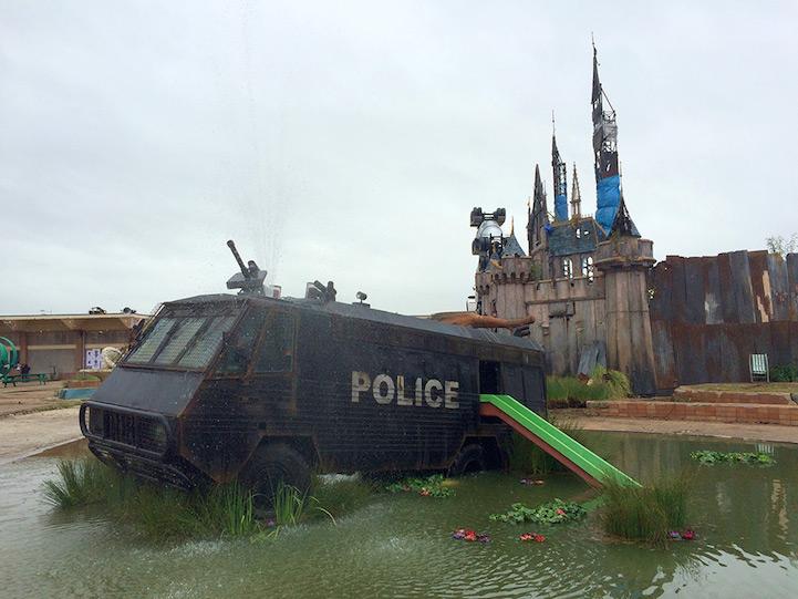 furgón policial convertido en fuente