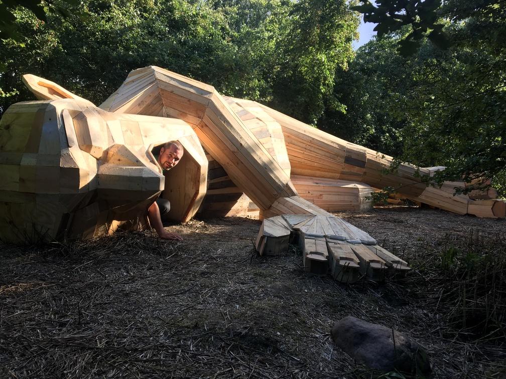 luis gigante madera tumbado de thomas dambo