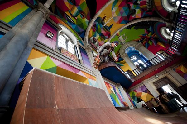 skater patinando en la iglesia de santa barbara de llanera
