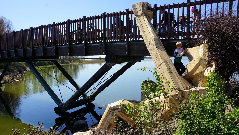 oscar gigante de madera bajo puente