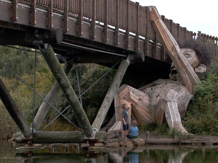 gigante madera bajo el puente de thomas dambo