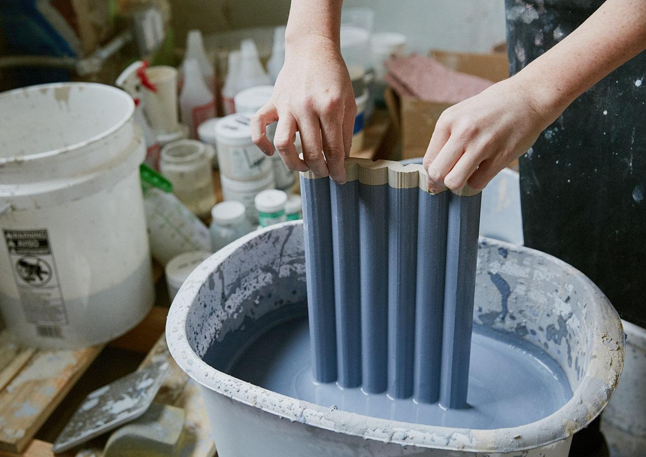 pintura en azul de las piezas de arcilla