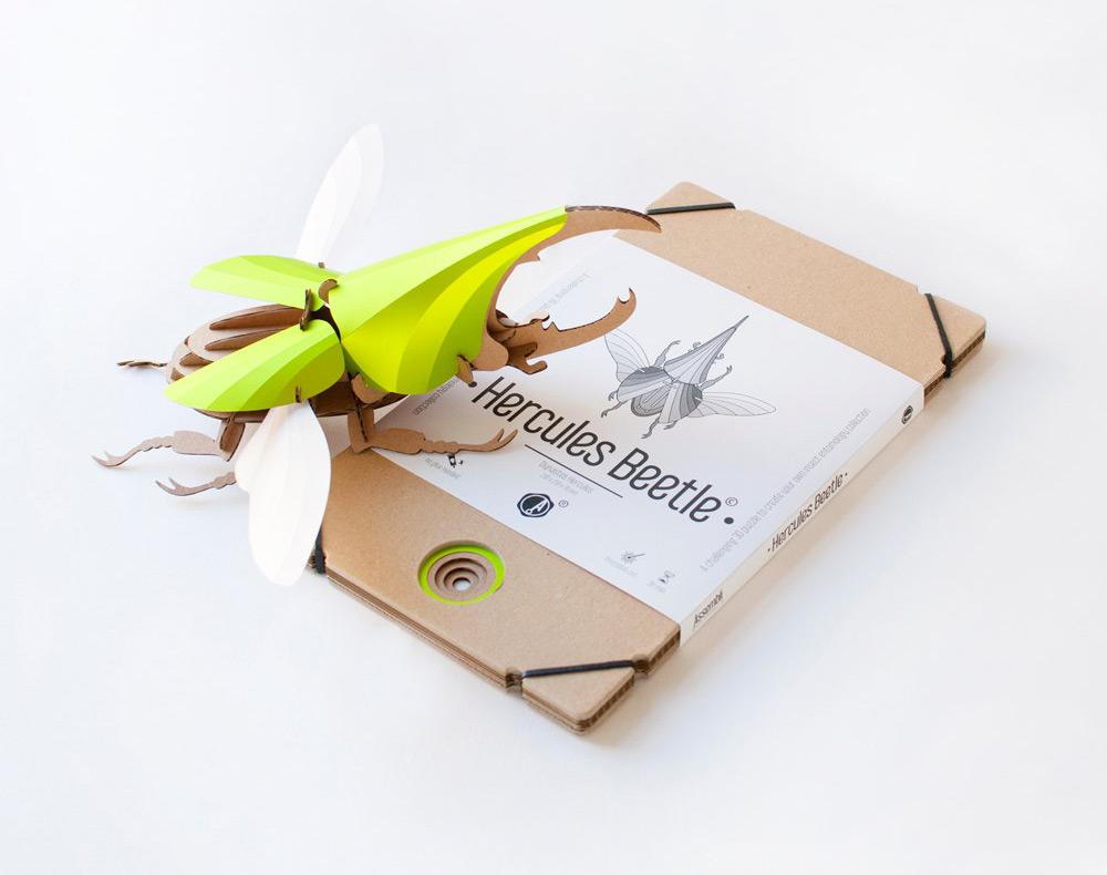 escrabajo hercules en color verde con su paquete plano