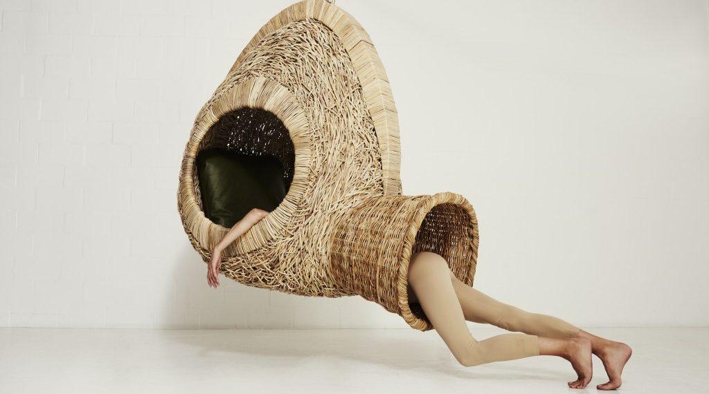 Porky Hefer teje refugios colgantes que estimulan nuestra imaginación