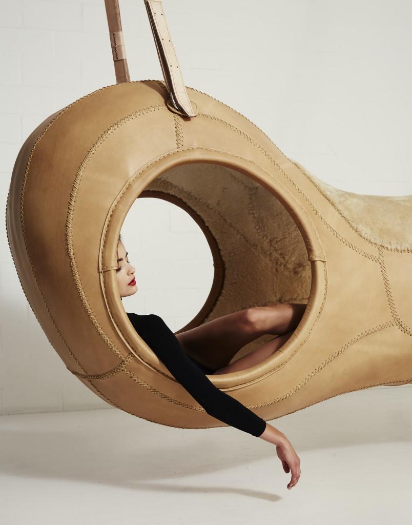 detalle del sofa colgante lúdico james brown realizado en piel