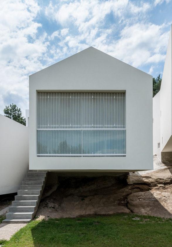 Los voladizos simbolizan el respeto al medio natural en el proyecto 5 Casas