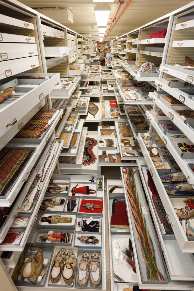 objetos de distintas culturas en el museo de historia natural