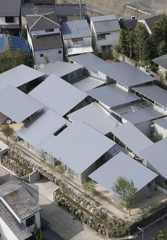 Nishinoyama House promueve los jardines interiores como zonas de integración urbana