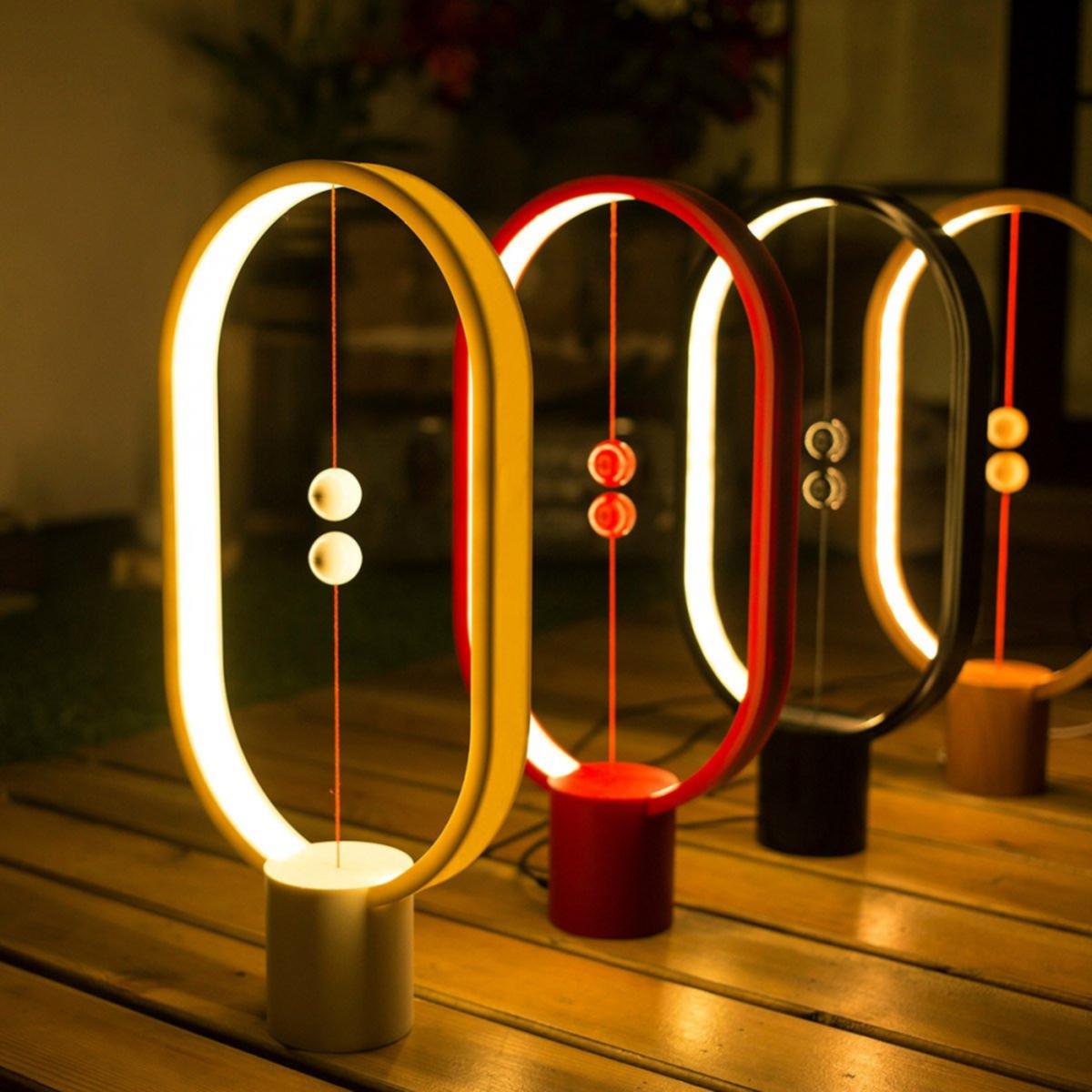 lampara en rojo, negro, color madera