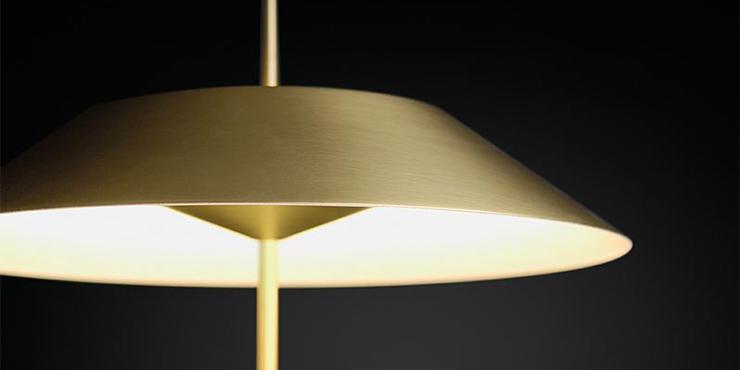 detalle de la lampara myfair dorada de vibia en batavia