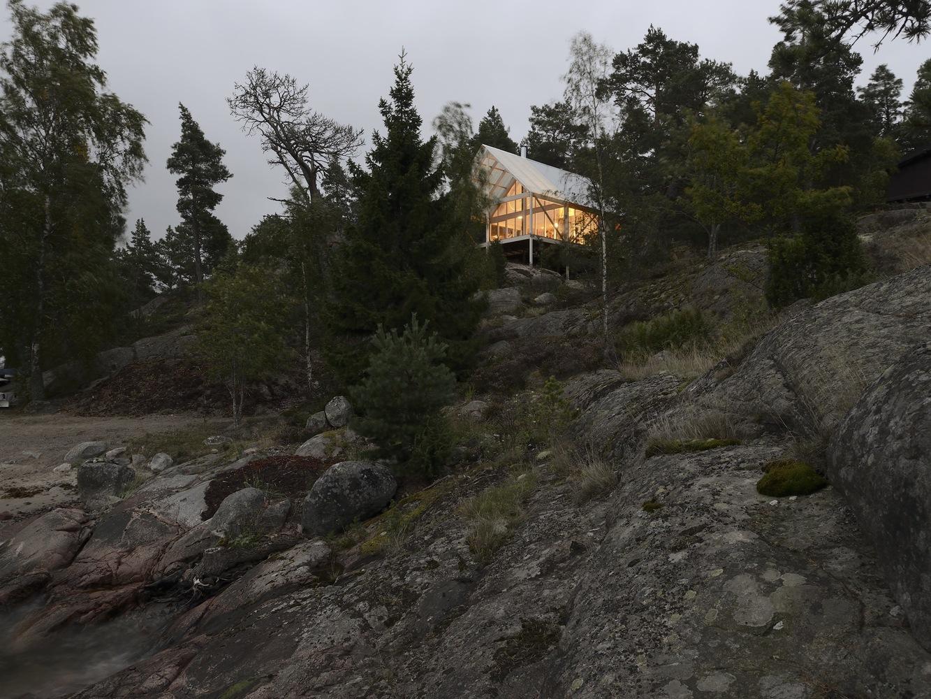 Una modesta cabaña sueca para dominar los acantilados de Viggsö