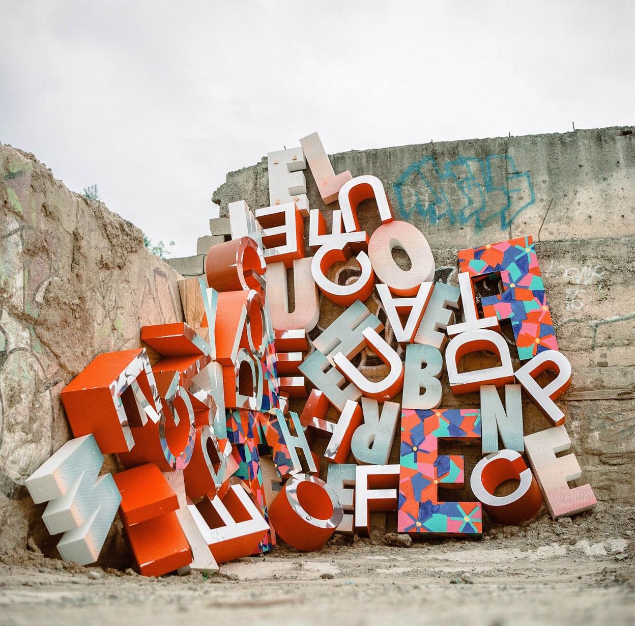 instalacion de letras acumuladas en un batiburrillo multicolor