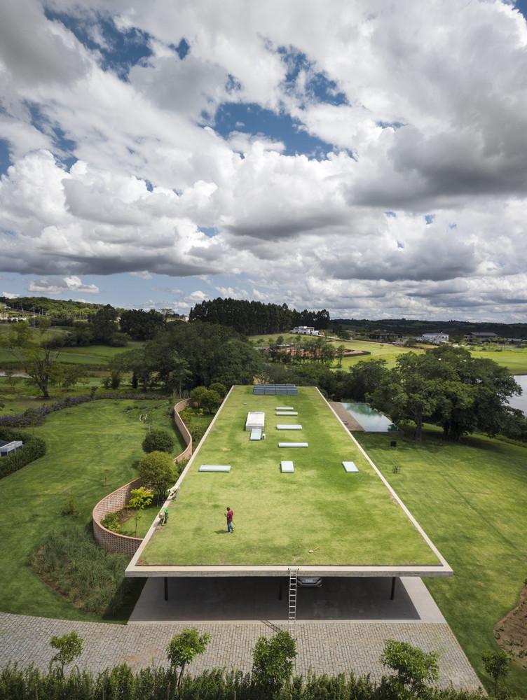 El estudio paulista MK27 lleva al extremo la horizontalidad en su Casa plana