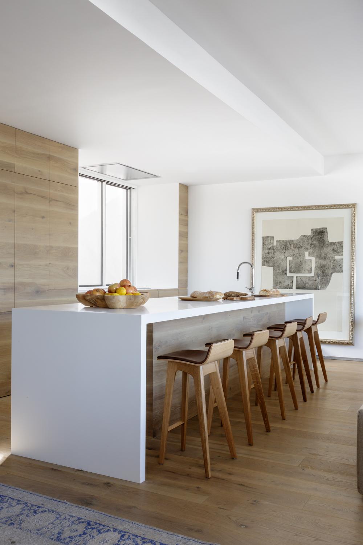 Proyecto de reforma estudio ÁBATON arquitectura. Ático sobre el retiro. Cocina en madera y blanco
