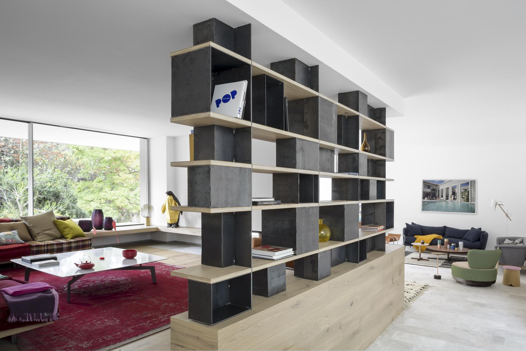 Proyecto de reforma estudio ÁBATON arquitectura. CasaL. Salón dos alturas con chimenea y estanteria pasante