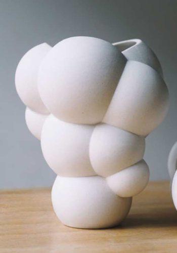 BIG recupera la estética de los castillos hinchables en su flamante jarrón SKUM