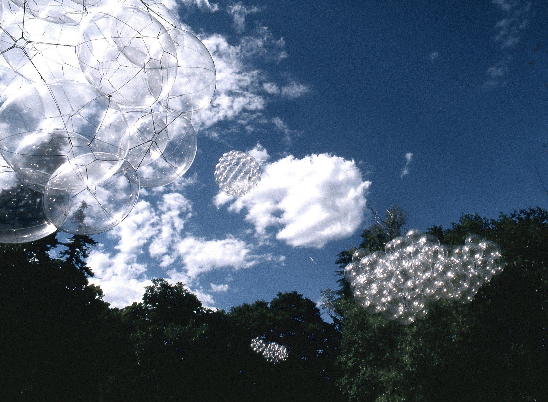 instalación flying garden de tomas saraceno