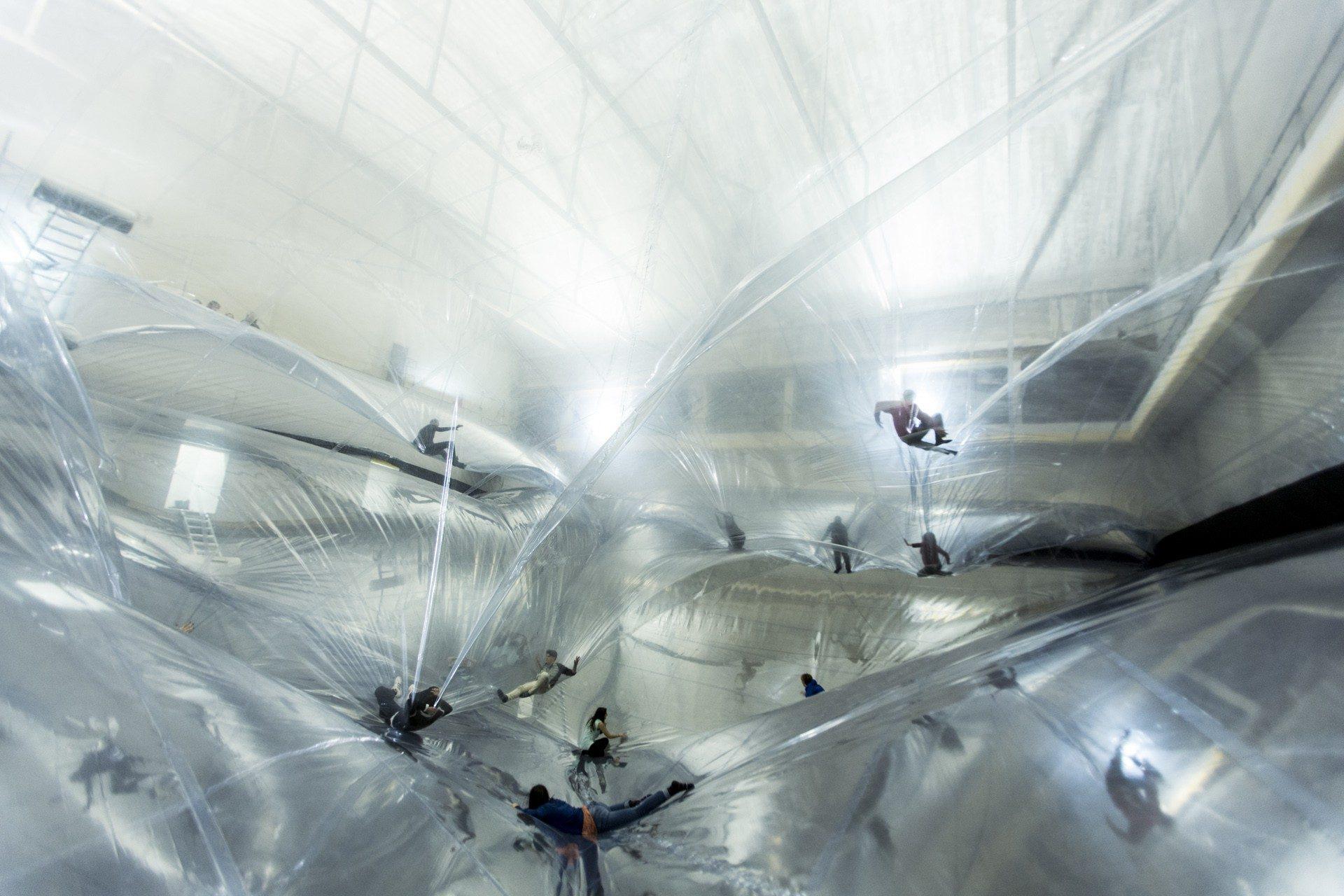 instalación on space time foam de tomas saraceno